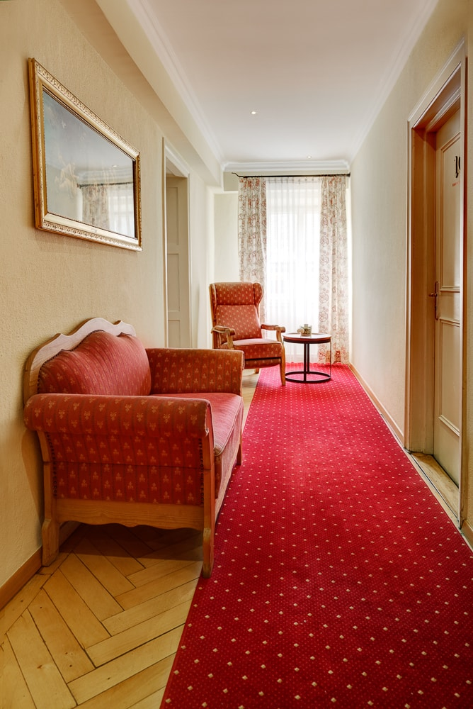 Hotel Maierbräu Altomünster Flur oben mir Sesselun und Diwan, Hotel Dachau